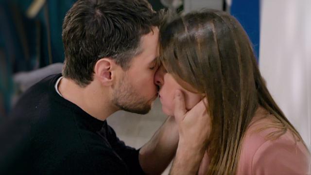 Un posto al sole, trame al 3 aprile: Leonardo fa una romantica proposta a Serena