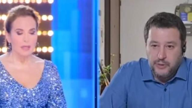 'L'Eterno Riposo' recitato in diretta tv da D'Urso e Salvini, il web si indigna