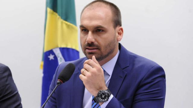Em torcida por Prior, Eduardo Bolsonaro diz que Manu é esquerdista