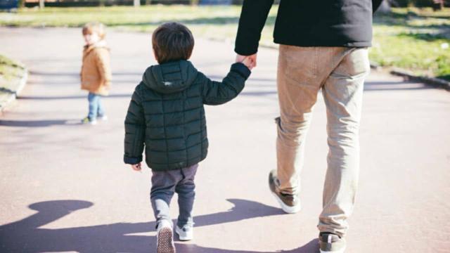 Coronavirus, è possibile uscire in passeggiata con i propri figli