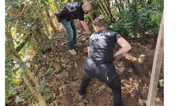 Polícia encontra corpo de mulher enterrado ao lado de sua casa