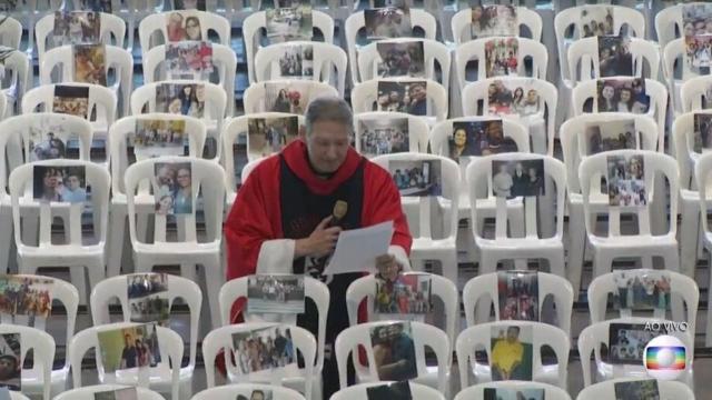 Missa de Padre Marcelo Rossi tem foto de profissionais da saúde sentados: 'esperança'