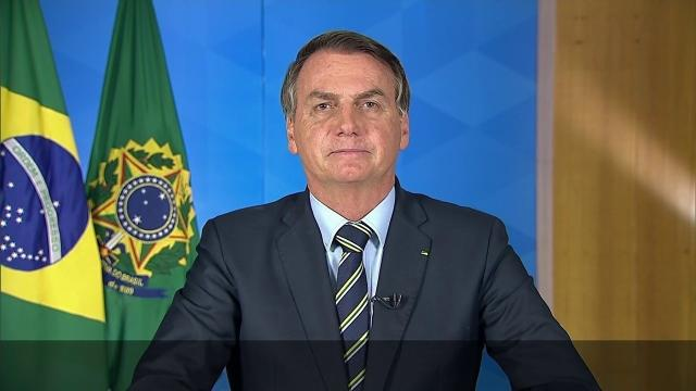 Bolsonaro volta a minimizar coronavírus e diz temer por