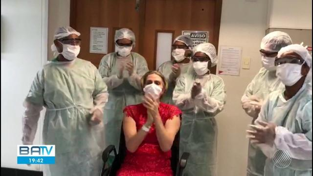 Após ficar internada por coronavírus, mulher de 57 anos recebe alta na Bahia