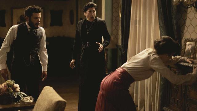 Una Vita, trame spagnole: Eduardo maltratta Lucia e Mateo