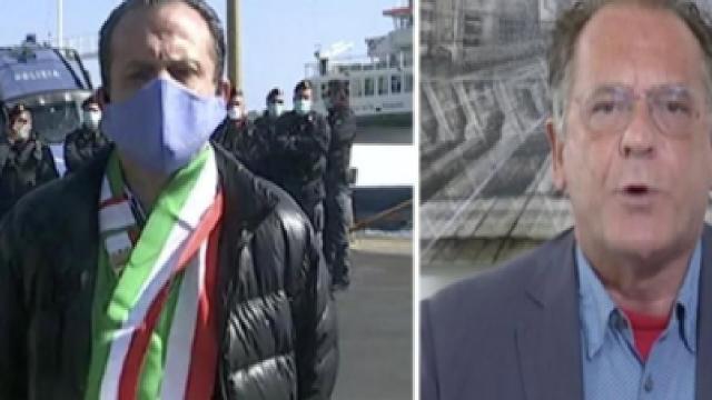 Mattino 5, scontro tra Cateno De Luca e Cecchi Paone: 'vilipendio alla bandiera'
