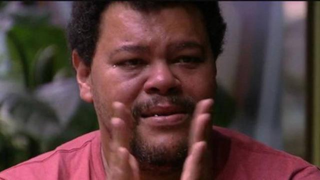 Sozinho durante toda a festa, Babu cai no choro