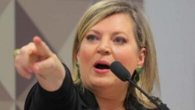 Deputada Federal diz estar disposta a 'fumar cachimbo da paz com o presidente'