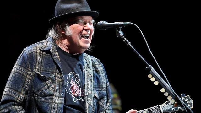 Neil Young scrive con la band Crazy Horse il brano rivisitato