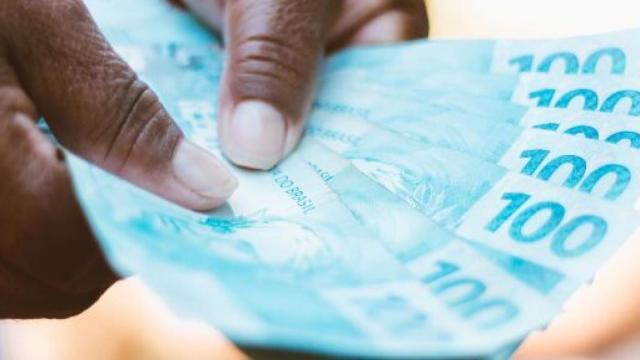 Mulheres receberão o auxílio emergencial de R$ 1.200 nesta segunda-feira (13)