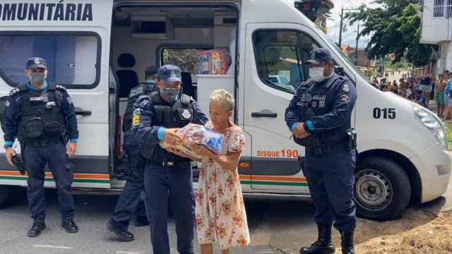 Coronavírus: polícia militar distribui mais de uma tonelada de alimentos em Fortaleza