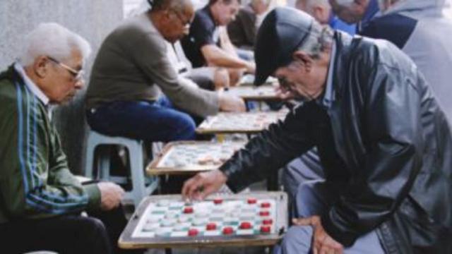 Idosos descumprem medidas da quarentena e jogam truco nas praças de SP