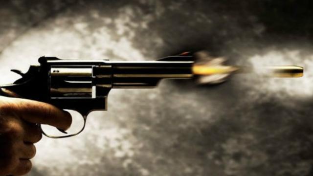 Casal mantém relação ao lado de corpo de homem morto com sete tiros
