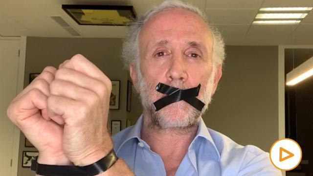 Eduardo Inda se muestra amordazado y maniatado en un vídeo, para criticar al gobierno