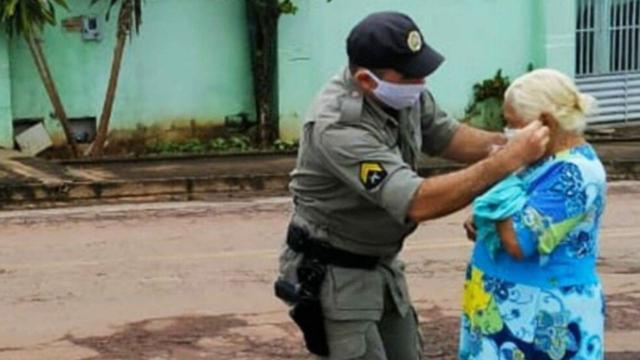 Policial Militar se sensibiliza ao ver idosa com pano no rosto para evitar o Covid-19