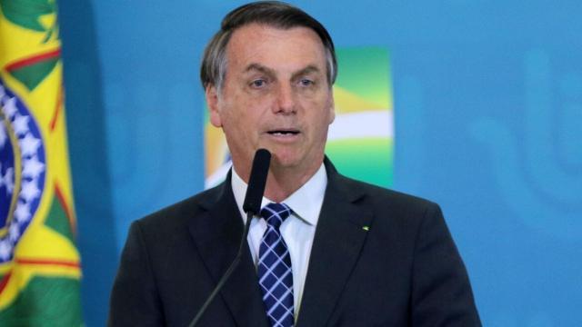 Jair Bolsonaro responde jornalista e afirma: 'não sou coveiro, tá?'