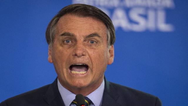 Bolsonaro mostra descontrole emocional durante aglomeração de apoiadores