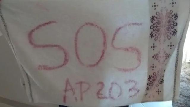 Mulher mantida em cárcere privado escreve mensagem de socorro em toalha