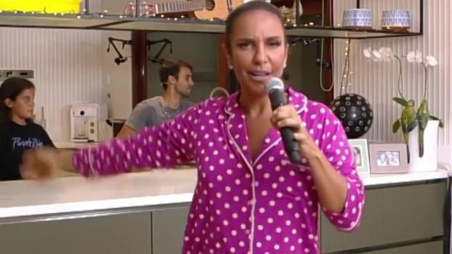 Ivete Sangalo faz live de pijama rosa com bolinhas e tem participação do filho e marido