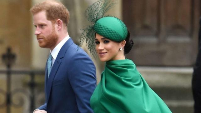 Harry e Meghan preparano libro sula loro biografia: Buckingham Palace trema
