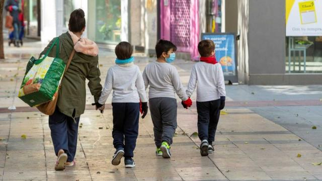 Sancionarán a los padres que no cumplan las normas al salir a la calle con niños