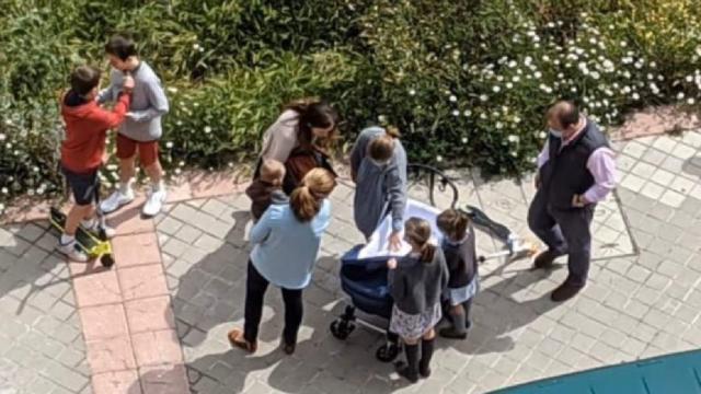 Plazas y calle desbordados en toda España en el primer día de paseos permitidos a niños