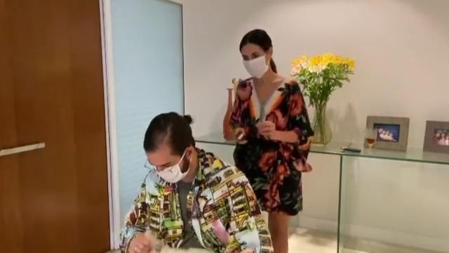 Fátima Bernardes posta vídeo cortando cabelo do namorado Túlio Gadêlha