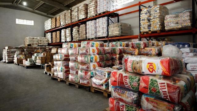 Prefeituras estão distribuindo cestas básicas para complementar o Auxílio Emergencial