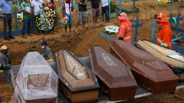 Coronavírus: Manaus tenta reabastecer estoque de caixões