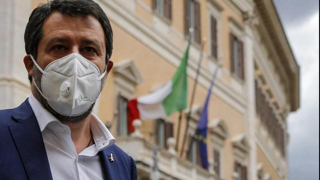 Salvini passa la notte in Parlamento per protesta, gli alleati si dissociano