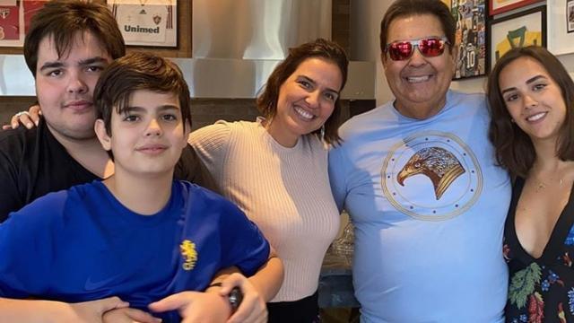 Faustão posta foto rara ao lado de sua esposa e filhos em comemoração seu aniversário