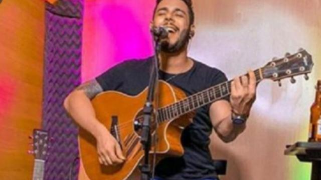 Cantor Brunno Souza tem casa invadida por bandido durante transmissão ao vivo