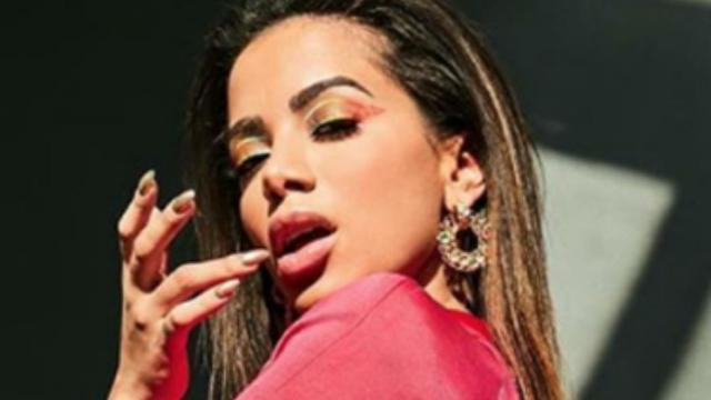 A cantora Anitta discute com deputado em live no Instagram