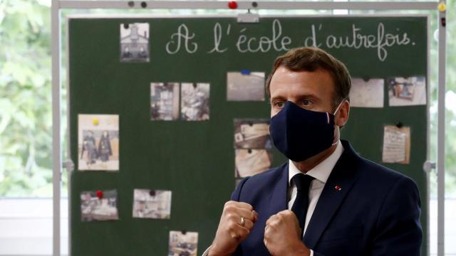 Emmanuel Macron ne respecte pas les consignes sanitaires dans une école