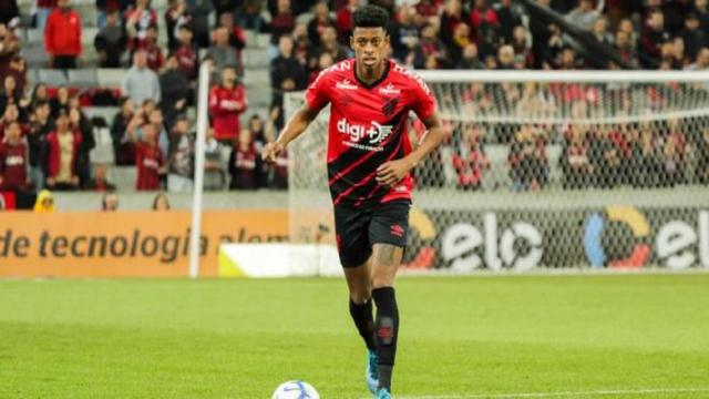 OL : Juninho aurait 5 pistes en défense, de Bambu à Akpoguma