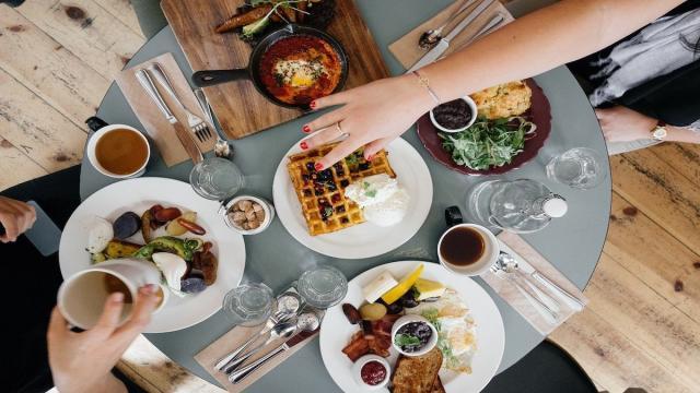 Reducir el consumo de grasas y carbohidratos ayuda a perder peso