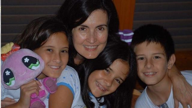 Fátima Bernardes posta foto ao lado dos filhos e namorado no dia das mães