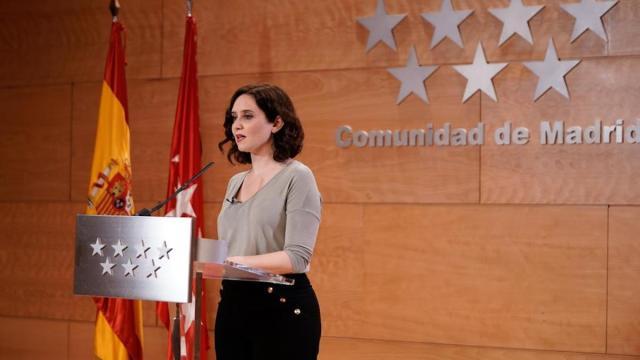Diaz Ayuso confunde la 'd' de la Covid-19 de enfermedad en inglés con diciembre