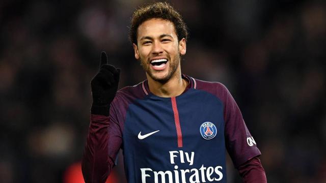 O craque Neymar estrela capa de revista gringa ao lado de uma de suas ficantes