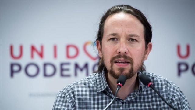Podemos: La Guardia Civil ordena quitar pancartas y banderas de la calle de Pablo Iglesias