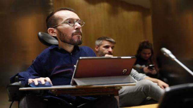 Echenique llama 'sicario mediático' a un periodista de OkDiario en Twitter