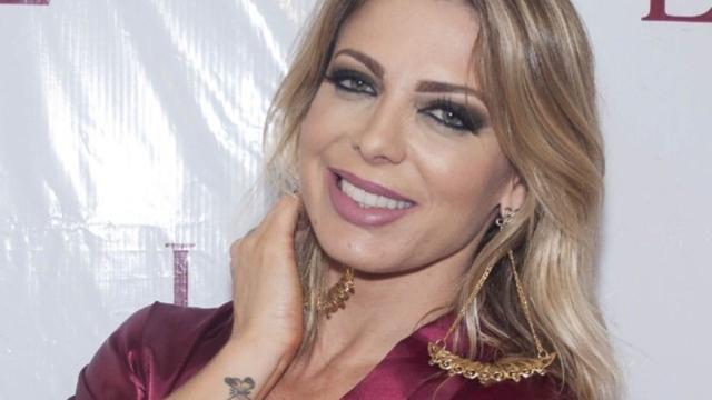 Sheila posta foto ao lado de namorado e seu ex-marido, Xuxa, comenta publicação