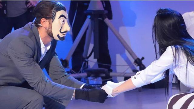 U&D, spoiler del 27 maggio: 'Alchimista' entra in studio senza maschera