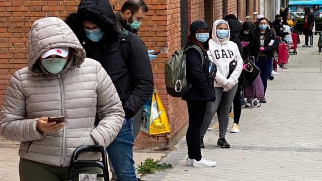 Las 'colas del hambre' crecen en Madrid por la crisis de la pandemia