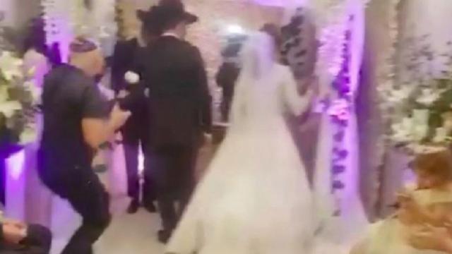 Un casamiento clandestino de judíos ortodoxos termina con los novios presos en cuarentena