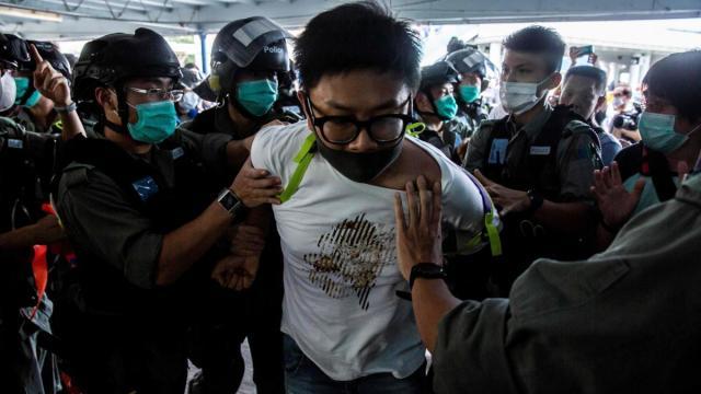 Hong Kong, manifestanti in piazza contro Pechino: oltre 300 arresti