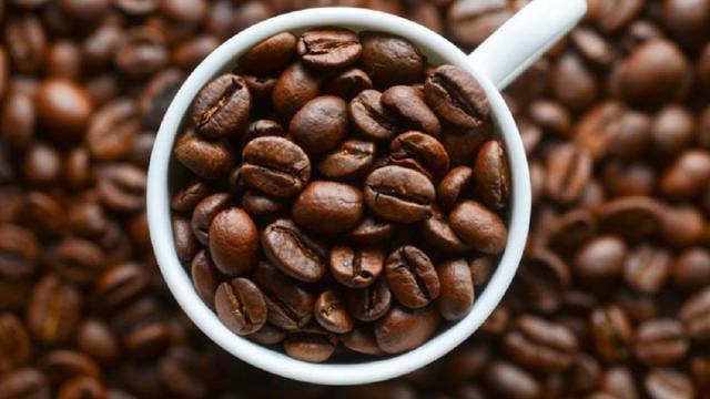 La cafeína puede tener efectos positivos o negativos en la salud dependiendo el consumo
