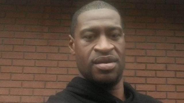 Mulher de policial acusado de assassinar George pede divórcio