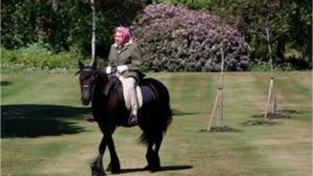 La Reine Elisabeth II se montre en forme sur son cheval