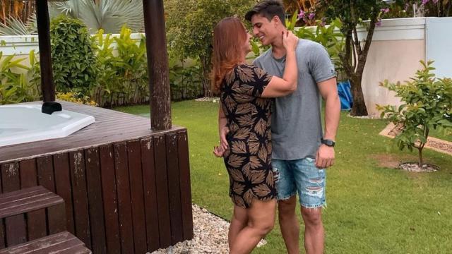Namorado da mãe de Neymar é socorrido por ambulância após quebrar vidraça